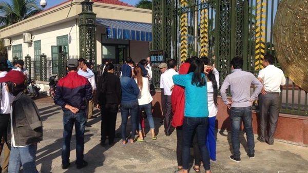 Hàng trăm ngư dân Hà Tĩnh biểu tình trước uỷ ban các cấp yêu cầu Formosa đền bù thiệt hại