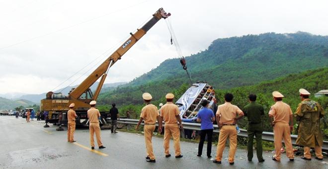 Xe lật vì trời mưa đường trơn: hai vợ chồng người Na Uy gốc Việt thiệt mạng
