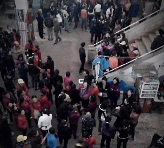 Người buôn bán ở chợ Hà Tĩnh biểu tình phản đối thu hồi đất chợ bán cho tư nhân