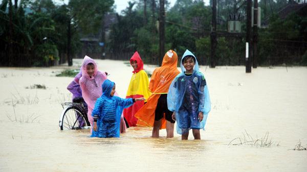 Thủy điện Hố Hô tiếp tục xả lũ trong mưa làm hàng chục ngàn học sinh nghỉ học