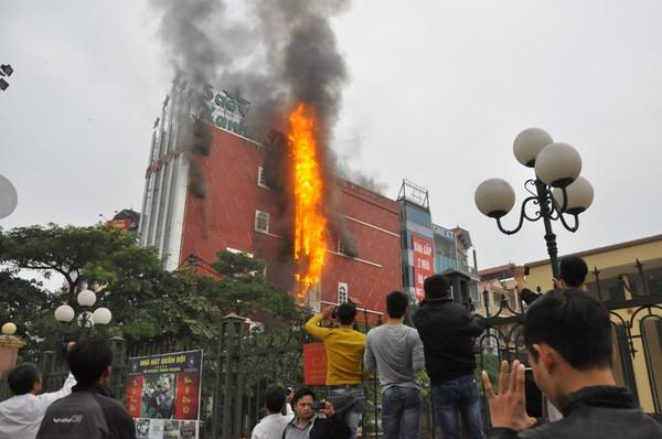 Cháy quán karaoke ở Hà Nội, mạng xã hội lan truyền danh sách 13 nạn nhân đều là quan chức