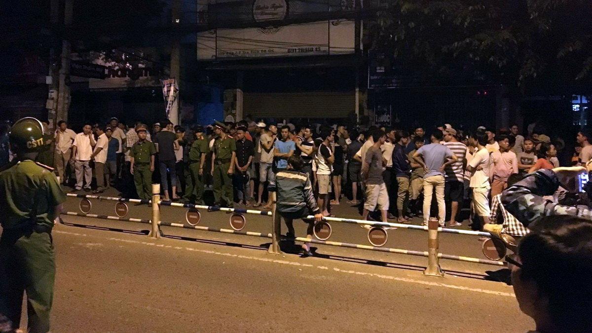 Cảnh sát truy đuổi gây chết người, hàng ngàn người dân chặn xe phản đối