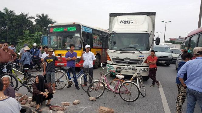 Dân Hà Nội chặn đường cao tốc vì kiến nghị xây cầu vượt không được đáp ứng