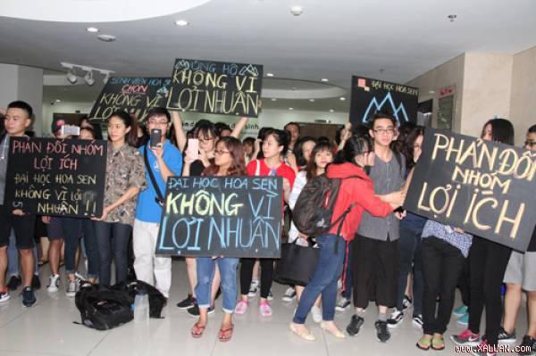 Sinh viên Đại học Hoa Sen biểu tình phản đối hội đồng quản trị mới