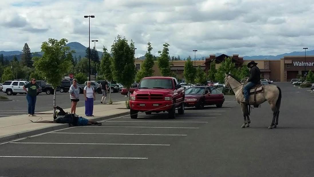 Tên trộm xe đạp gặp cao bồi thứ thiệt ở bãi đậu xe Walmart