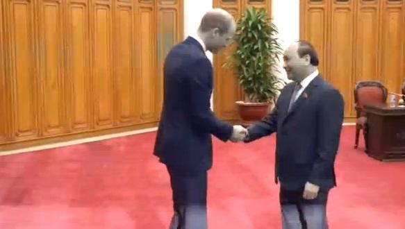 Hoàng tử William nói chuyện với chủ tiệm thuốc cổ truyền ở Hà Nội