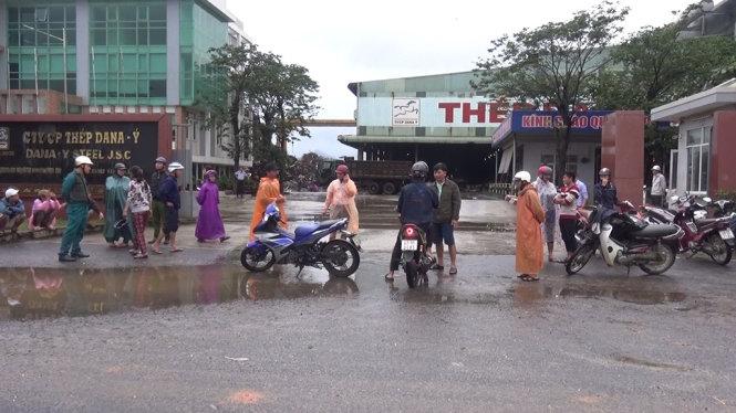 Dân Đà Nẵng chặn xe, vây nhà máy thép gây ô nhiễm