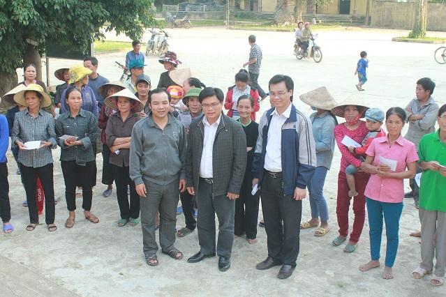 Toà Giám Mục Xã Đoài trao quà do khán giả SBTN tài trợ cho người nghèo vùng lũ Hương Khê, Hà Tĩnh