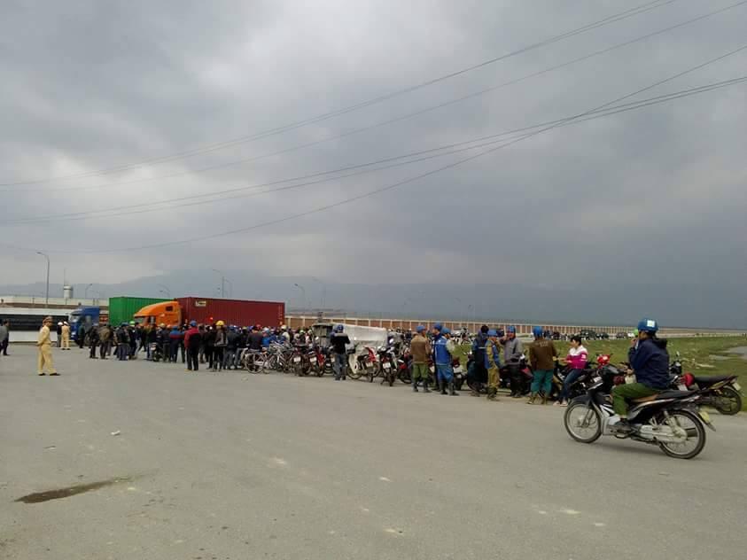 Người dân xã Kỳ Lợi biểu tình trước cổng Formosa