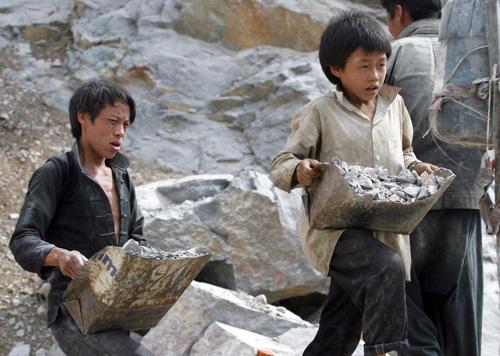1 trong 10 trẻ em Việt Nam phải lao động nặng nhọc, nhận tiền công rẻ mạt