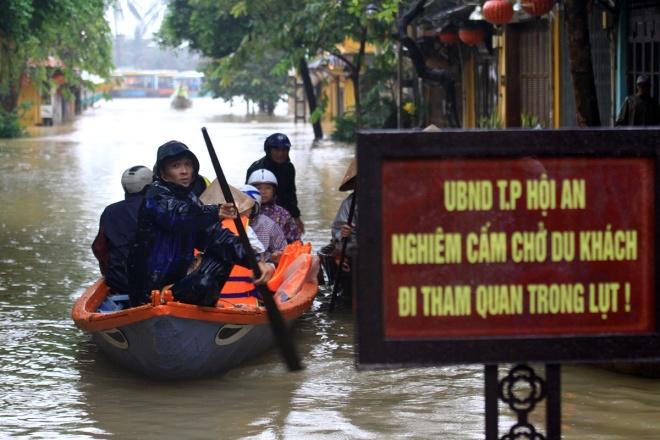Dân Hội An chèo thuyền đưa du khách đi chơi trong lũ bất chấp lệnh cấm