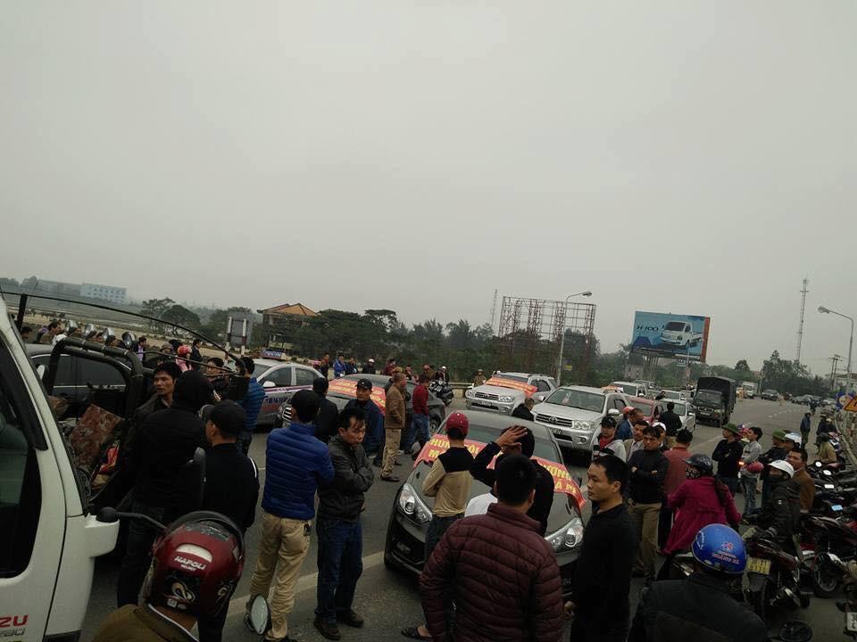 Hàng trăm người đậu xe phản đối nhà cầm quyền thu phí qua cầu xây bằng tiền thuế của dân