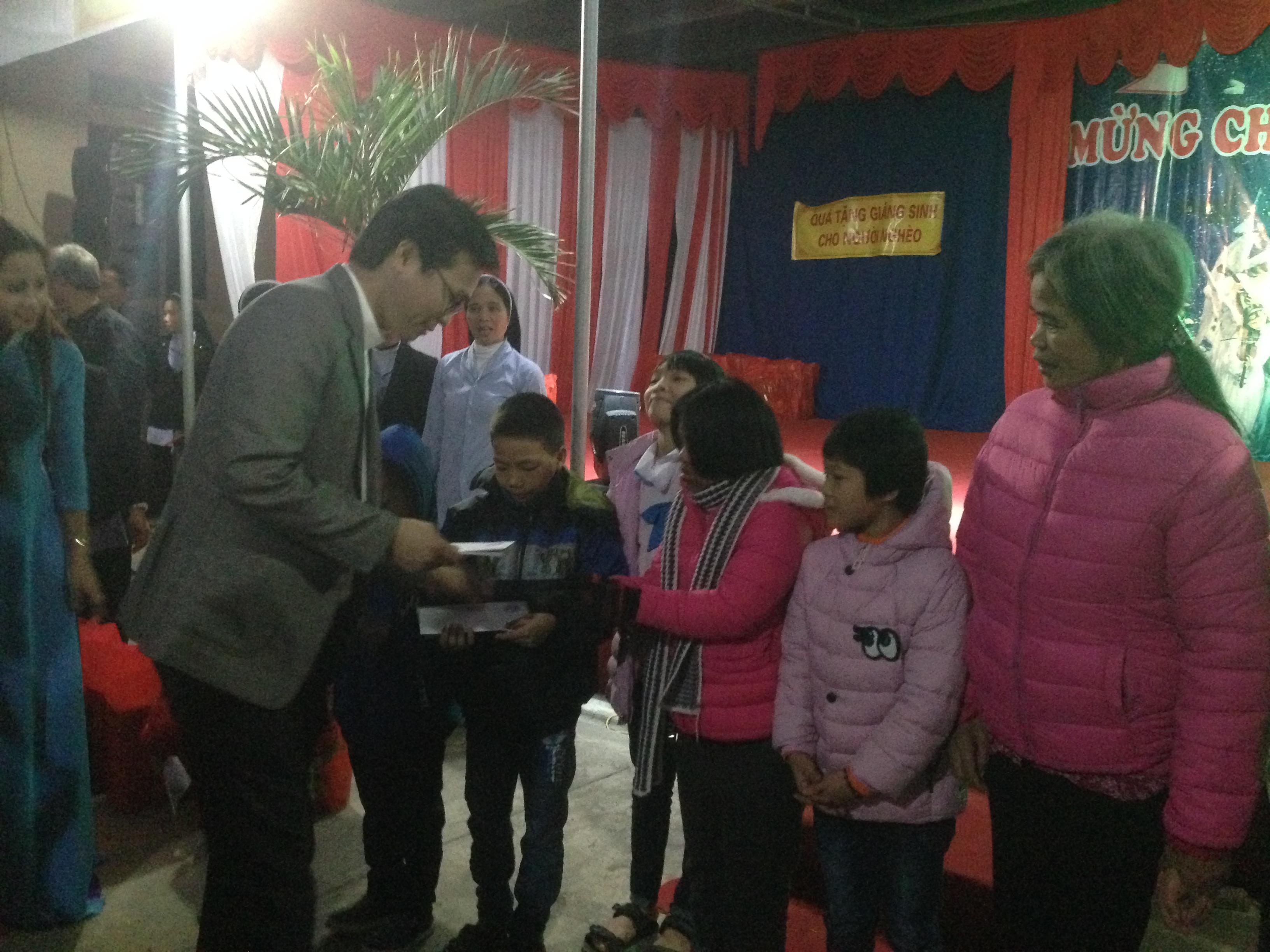 Trao quà Giáng Sinh cho người nghèo tại Hà Tĩnh do khán giả SBTN tài trợ