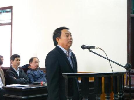 """Ra tòa tội tham nhũng, cựu chủ tịch huyện xin tha án tù để tiếp tục """"cống hiến"""""""