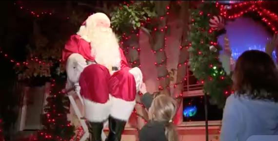 Ngôi nhà giáng sinh ở California thu hút du khách