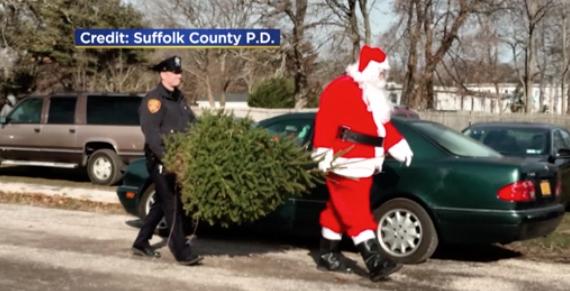Cảnh sát Suffolk County tặng thông Giáng Sinh cho 10 gia đình nghèo