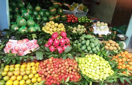 """Thương lái quảng cáo hoa quả gốc từ Trung Cộng là """"đặc sản Việt"""""""