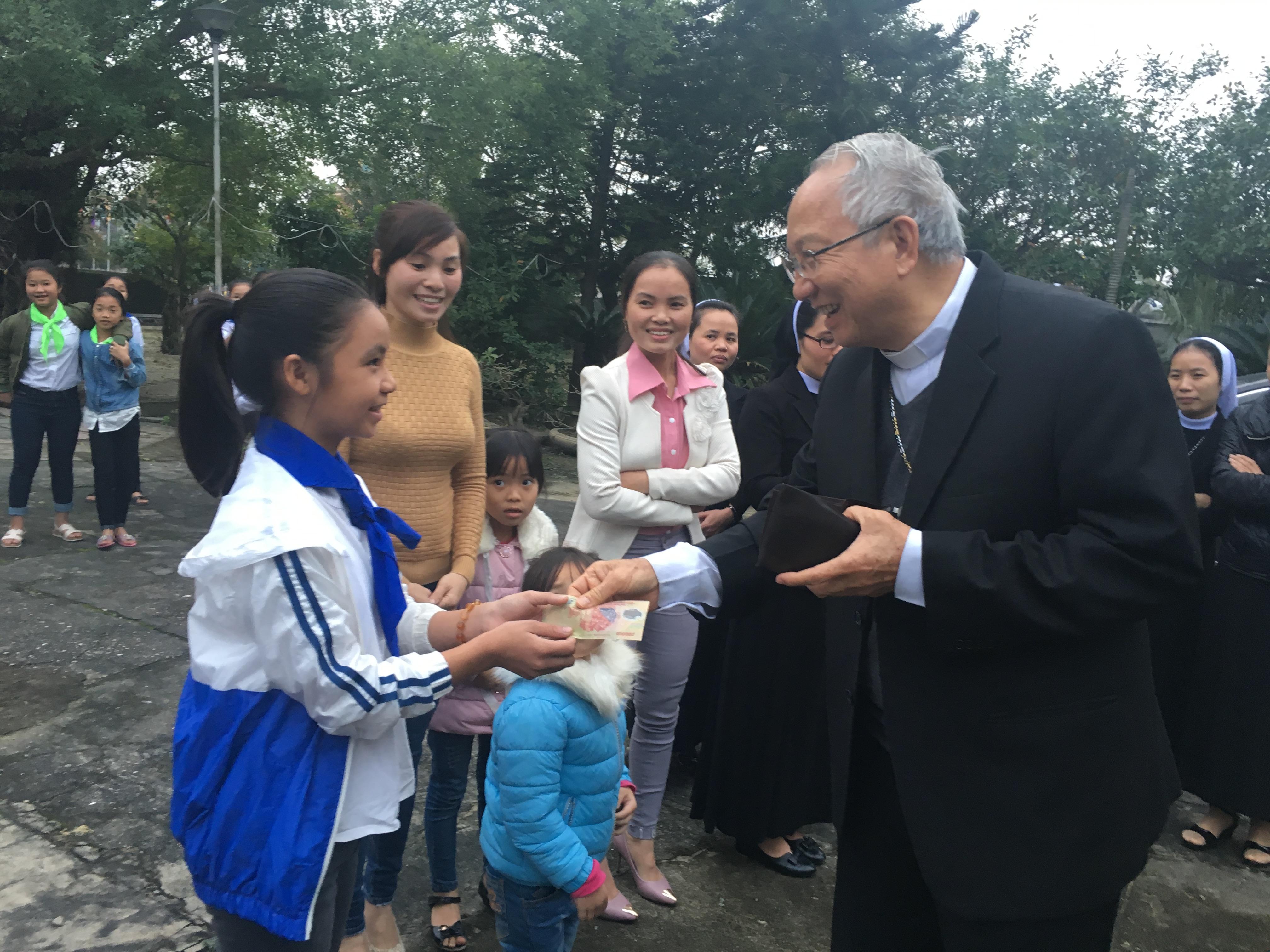Đức cha Paul Nguyễn Thái Hợp trao học bổng cho học sinh vùng chịu thảm hoạ Formosa