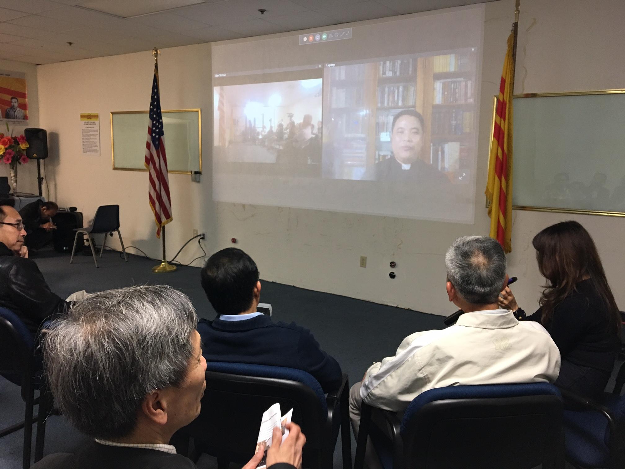 Người Việt tại Nam Cali trò chuyện với Linh mục Đặng Hữu Nam trong ngày Quốc Tế Nhân Quyền