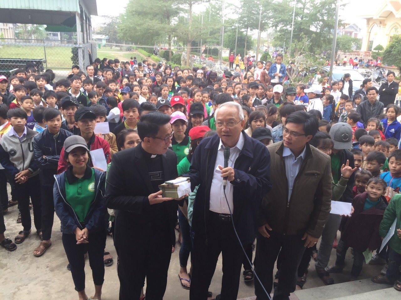 Linh mục quản lý giáo phận Vinh nói về chuyến cứu trợ nạn nhân bão lụt do khán giả SBTN tài trợ