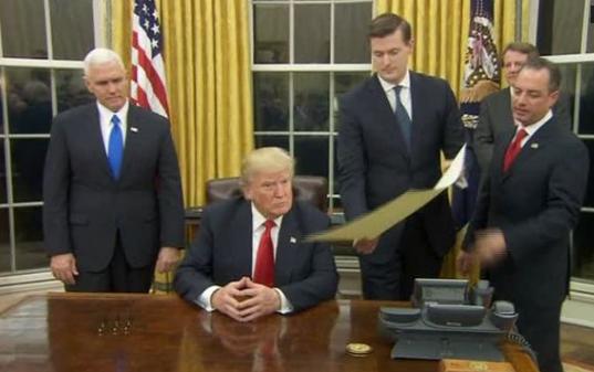 Ông Trump ký sắc lệnh đầu tiên về Obamacare