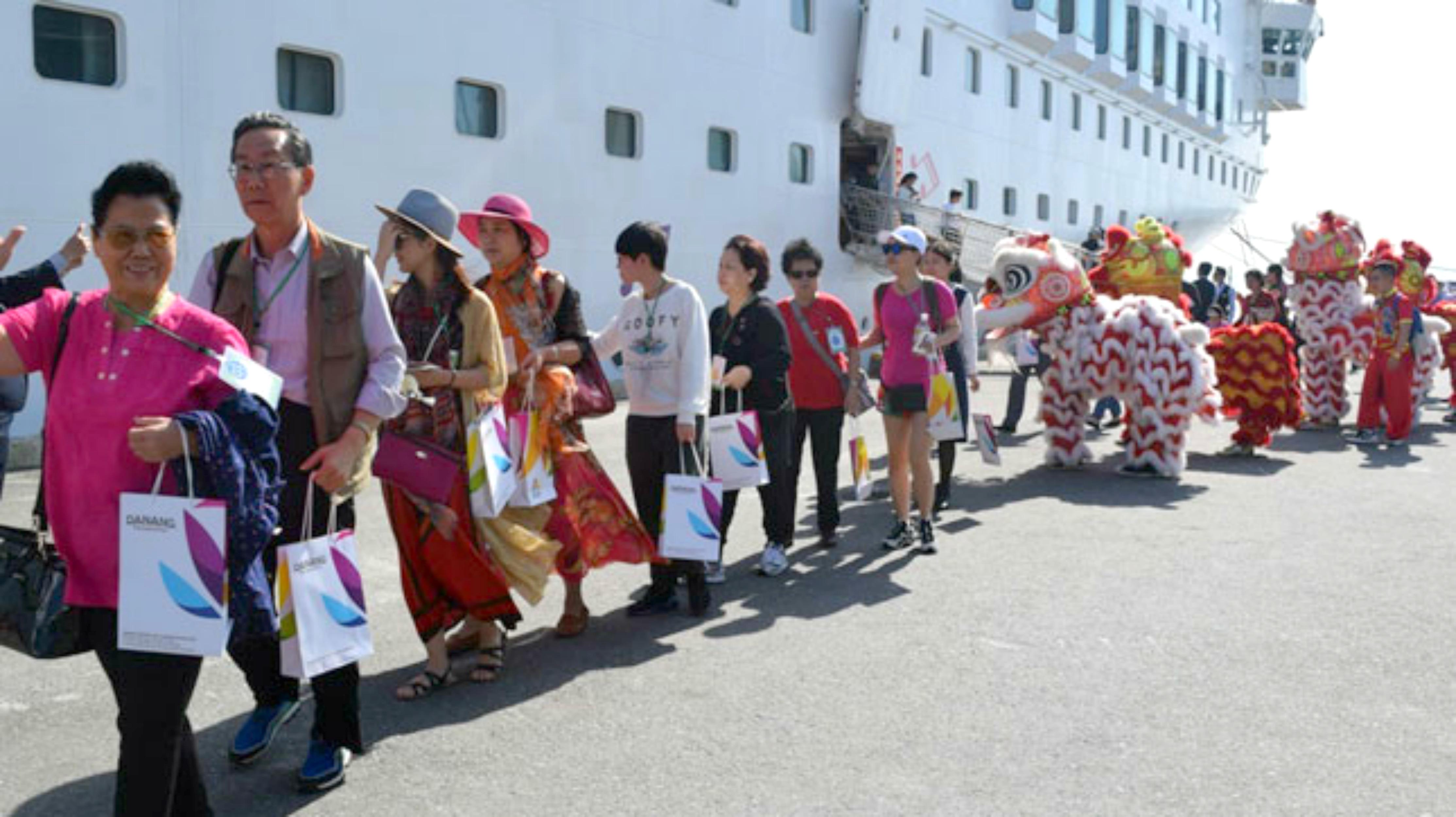 900 khách tàu biển Trung Cộng xông đất Đà Nẵng