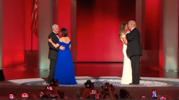 """Bài khiêu vũ """"My Way"""" của ông Trump và bà Melania tại dạ tiệc nhậm chức"""