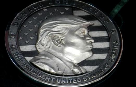 Cty Nga đúc một kí lô gram đồng xu bằng bạc mang hình ông Trump