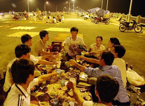 Người Việt chi tiền mua bia nhiều gấp 3 lần ngân sách y tế quốc gia