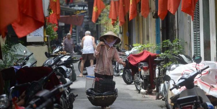 Người dân trong nước Việt Nam bị buộc phải treo cờ ngày tết