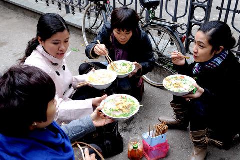 Ba ngày tết, một bát bún Hà Nội gần 5 Mỹ kim, rau tăng giá gấp đôi