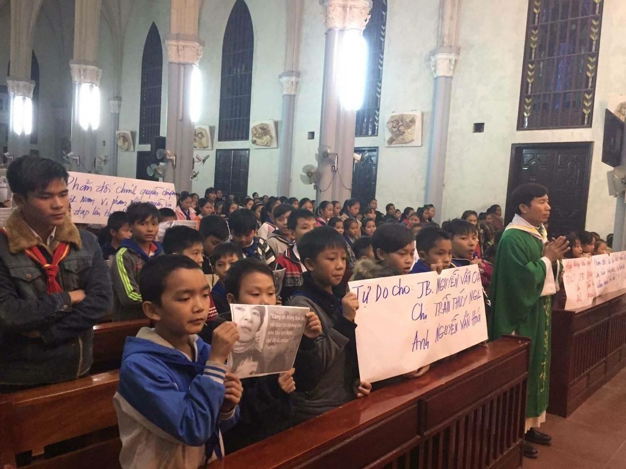 Khắp nơi ở Việt Nam thắp nến cầu nguyện cho ba nhà hoạt động vừa bị bắt
