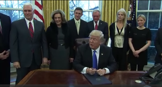 Ông Trump kêu gọi 'kiểm tra thật gắt' sau khi tòa án ra lệnh tạm dừng trục xuất người có visa