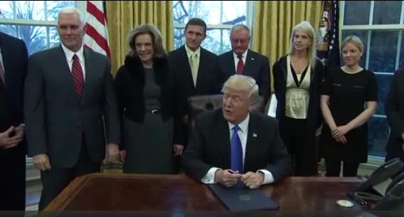 Lệnh cấm của ông Trump có thể ảnh hưởng tới những người có thẻ xanh