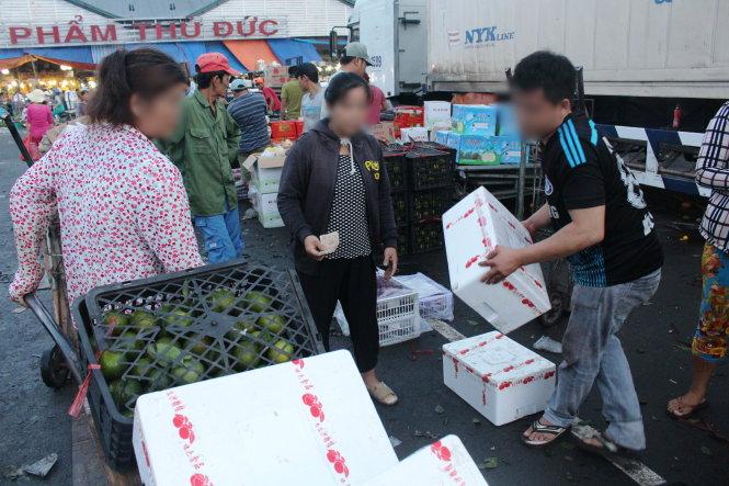 Trái cây Trung Cộng đổi nhãn tiếp tục tràn ngập chợ Việt Nam trong dịp tết