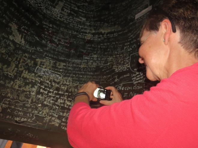 Đại hồng chung chùa Thiên Mụ- Huế bị viết bậy vì du khách kém ý thức
