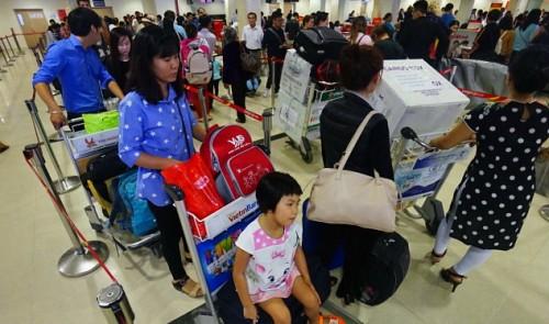 Trễ chuyến, huỷ chuyến bay làm khổ hàng triệu hành khách ở Tân Sơn Nhất