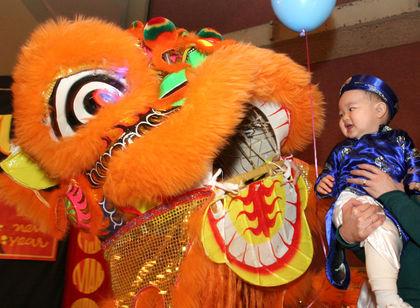 Cộng đồng người Việt tại Florida giữ liên lạc qua việc đi lễ chùa và nhà thờ