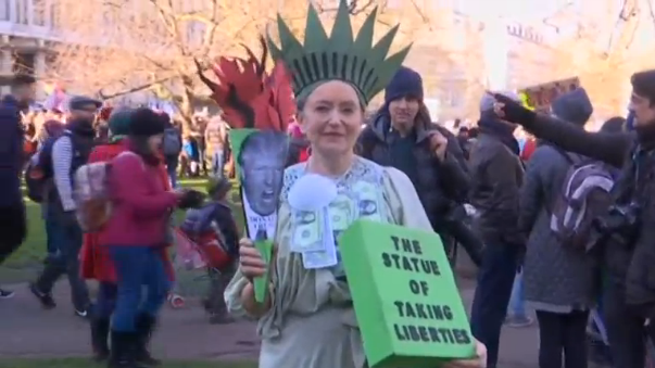 Phụ nữ châu Âu biểu tình phản đối tổng thống Donald Trump