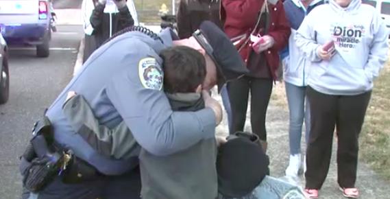 Cảnh sát Pennsylvania cảm ơn cậu bé 5 tuổi vì giúp một nhân viên bị ung thư