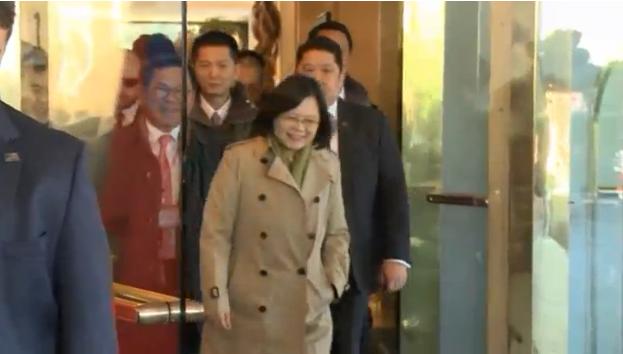Tổng thống Đài Loan từ chối trả lời câu hỏi khi rời khách sạn ở Houston