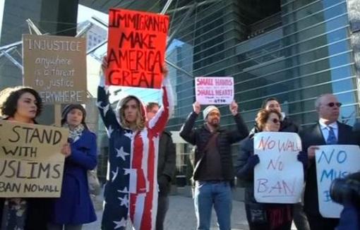 Công dân Hoa Kỳ biểu tình  trước tòa đại sứ Mỹ ở Tokyo