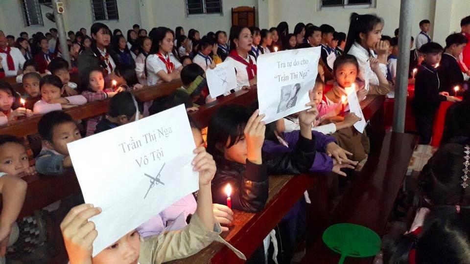 Hơn 1,000 người dân xứ Đông Yên thắp nến cầu nguyện cho ba nhà hoạt động nhân quyền vừa bị bắt giữ