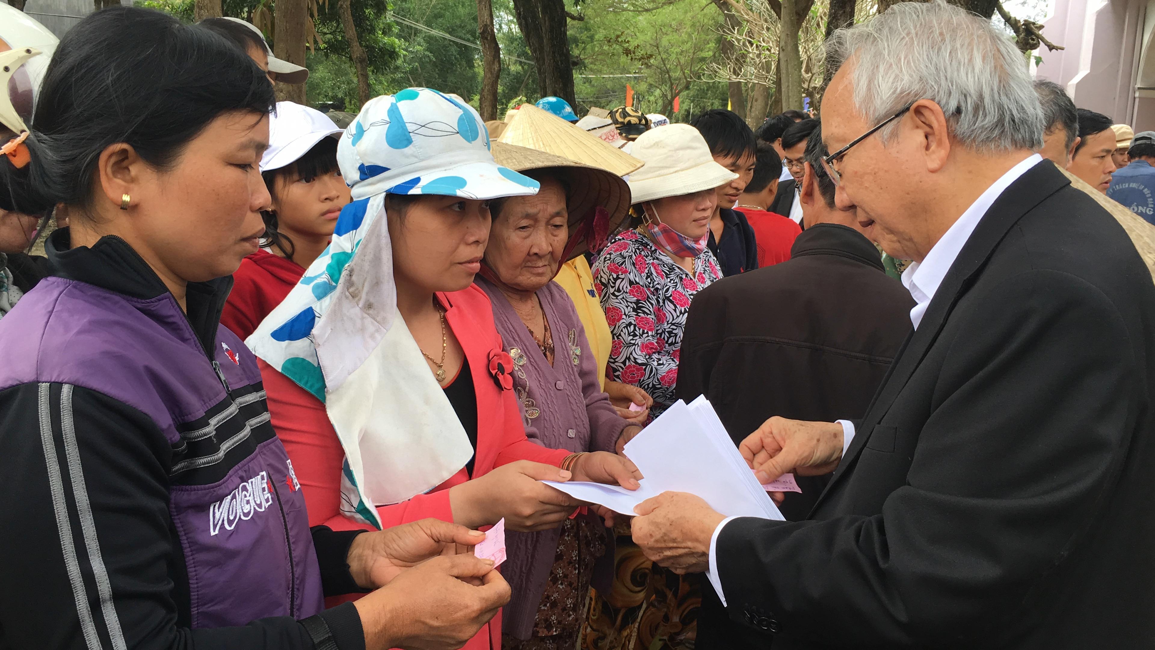 Phái đoàn Giáo phận Vinh trao quà do khán giả SBTN đóng góp cho bà con vùng lũ Bình Định
