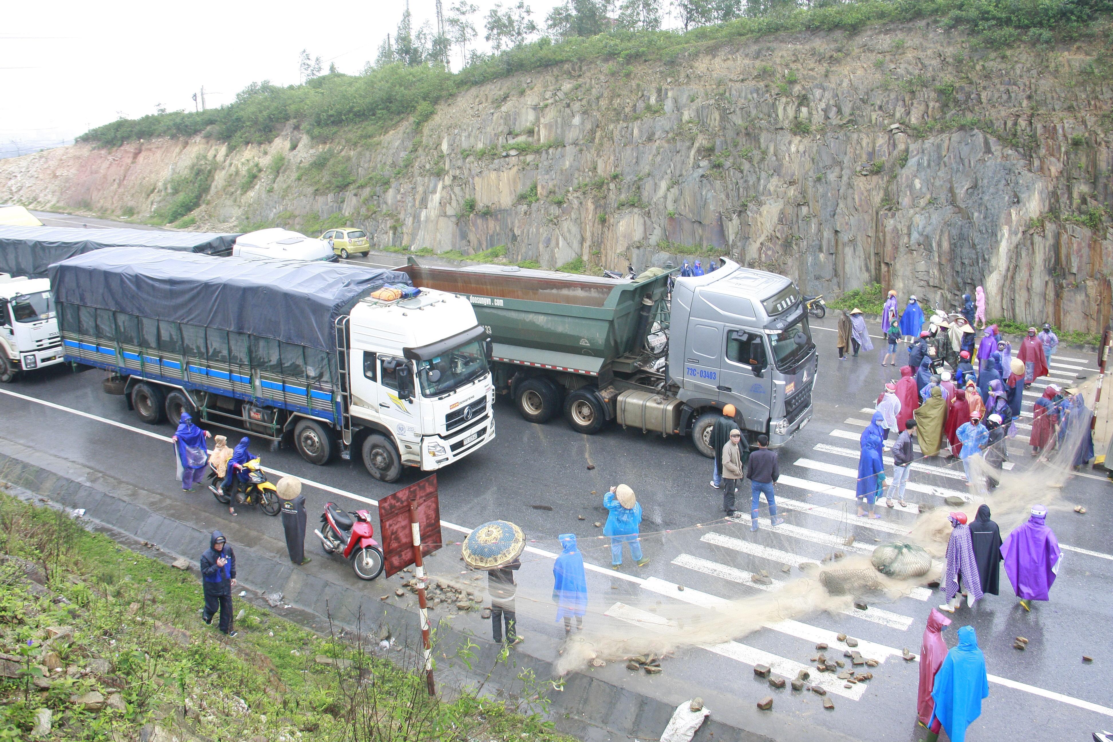 Ngư dân Đông Yên chặn đường quốc lộ 1A biểu tình đòi đền bù vụ Formosa