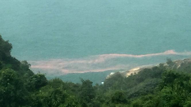 Dải nước màu đỏ xuất hiện tại biển Chân Mây-Lăng Cô
