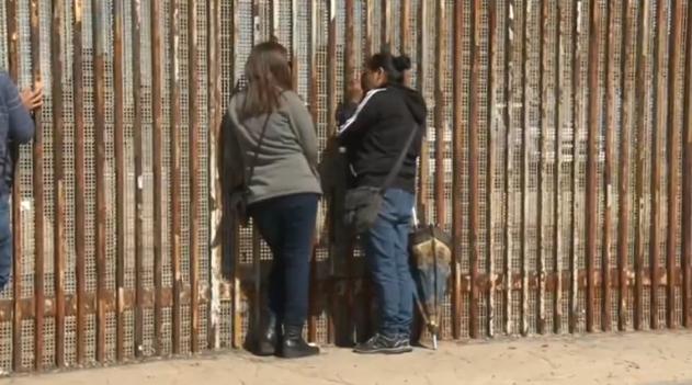 Cư dân Tijuana hy vọng bức tường biên giới ngăn cách với Hoa Kỳ sẽ bị sụp đổ