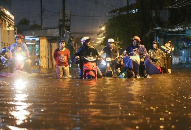 Sài Gòn bị ngập trong cơn mưa mùng 6 Tết