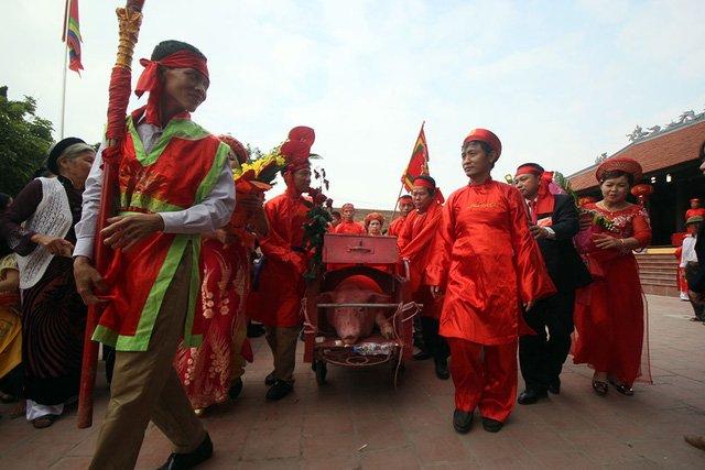 Dân làng Ném Thượng cử hành lễ chém lợn trong nhà kín