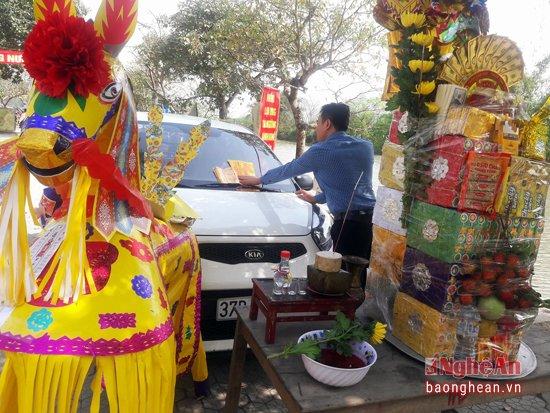 Miếu đền đông khách nhờ cúng giải hạn cho… xe hơi